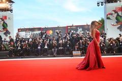 Madalina Ghenea chodzi czerwonego chodnika zdjęcia royalty free