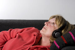 Madame aînée - écouteurs Photos libres de droits
