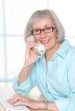 Madame aînée de sourire de bureau Photos libres de droits