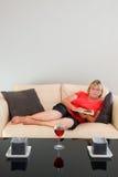 Madame aînée sur le sofa Photographie stock libre de droits
