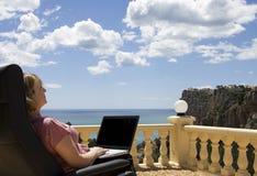 Madame aînée sur son ordinateur portatif Photographie stock libre de droits