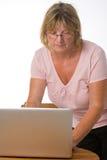 Madame aînée Using Laptop Images libres de droits