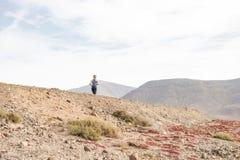 Madame active Running sur la voie chaude de désert pour la forme physique image libre de droits