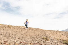 Madame active sur un désert couru avec le ciel de matin à l'arrière-plan photos stock