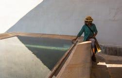 Madame africaine à la piscine Photo stock