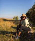 Madame africaine se reposant pendant une excursion Photographie stock