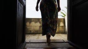 Madame allant sur le balcon de la villa banque de vidéos