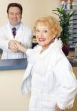 Madame aînée contacte son docteur Images stock