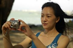 Madame asiatique With Camera Images libres de droits