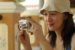 Madame asiatique With Camera Photos libres de droits