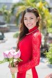 Madame avec des fleurs Photographie stock libre de droits
