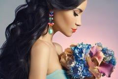 Madame avec des fleurs Photo stock