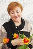 Madame avec des tulipes Photographie stock libre de droits