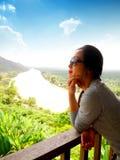Madame avec la belle vue de Suratthani, Thaïlande Photographie stock libre de droits