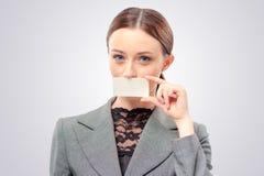 Madame avec la carte de visite professionnelle de visite Image libre de droits