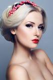Madame avec la guirlande des baies rouges Image libre de droits
