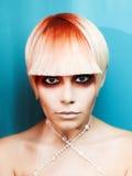 Madame avec le cheveu blanc-rouge Image stock