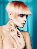 Madame avec le cheveu blanc-rouge Photographie stock
