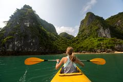 Madame avec le kayak photographie stock