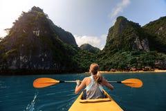 Madame avec le kayak photos libres de droits