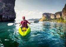 Madame avec le kayak photo stock
