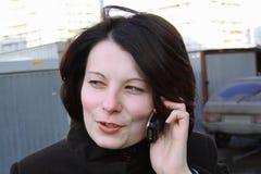 Madame avec le téléphone portable image libre de droits