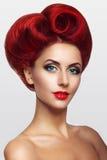 Madame avec les cheveux rouges sous forme de coeur Photo libre de droits