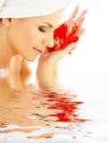 Madame avec les pétales rouges dans l'eau Photos libres de droits