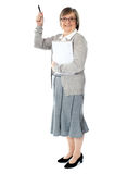Madame avec son cahier et crayon lecteur Photo stock