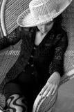 Madame avec un chapeau dans la présidence en osier Photo libre de droits