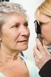 Madame ayant l'inspection d'essai d'oeil Image libre de droits