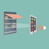 Madame Buying Goods dans le magasin en ligne Photos libres de droits