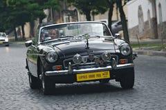 Madame conduisant la voiture de MG de vintage à l'emballage retrocar Photo stock