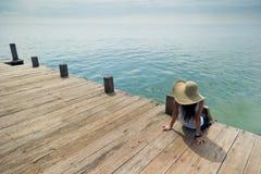 Madame détendant au dock Photographie stock libre de droits