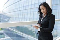 Madame d'affaires avec la Tablette Images libres de droits