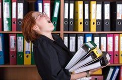 Madame d'affaires tenant la grande pile de dossiers de bureau Photo stock