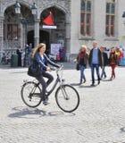 Madame dans Bicyle à la place du marché, Bruges Images libres de droits