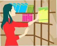 Madame dans la bibliothèque Photo stock