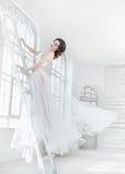 Madame dans la robe blanche de vintage image stock