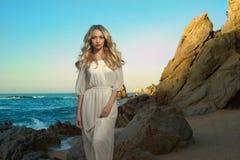 Madame dans la robe blanche sur le bord de la mer Images stock