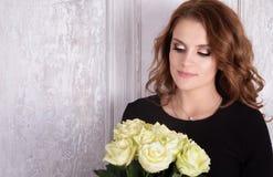 Madame dans la robe noire et les roses blanches Image libre de droits