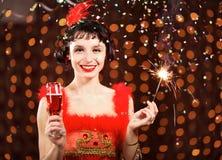 Madame dans la robe rouge au carnaval Photo stock