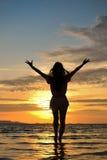 Madame dans le coucher du soleil Photographie stock