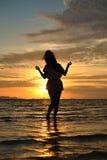 Madame dans le coucher du soleil Photo stock