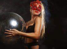 Madame dans le masque avec la boule de disco Photographie stock