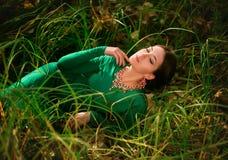 Madame dans les dres verts luxuriants d'un luxe Images libres de droits