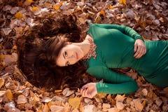Madame dans les dres verts luxuriants d'un luxe Image stock