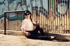 Madame de brune posant dans le fron des murs de graffiti Images libres de droits