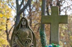 Madame de monument de Guadalupe sur un cimetière Photos stock
