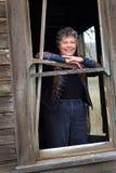 Madame de sourire dans la fenêtre photo libre de droits
